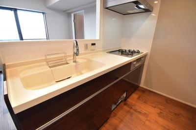食洗器付きのキッチンになります。開放的な眺めで料理ができる贅沢な空間を想像してください。