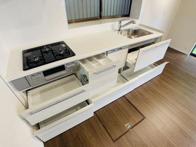 収納力もたっぷりのキッチンはかさばりがちなお鍋などもスッキリ収納できます。キッチン回りを整理整頓。