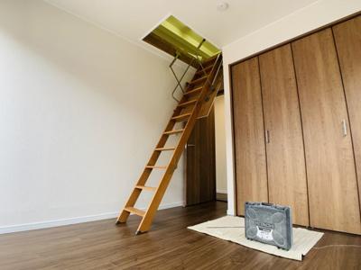 屋根裏収納は季節物や普段使わない物の収納に大変便利です。戸建てならではの収納の多さが嬉しいですね。