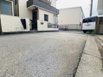 前面道路は5mで閑静な住宅地となります。車通りも少ないので運転が苦手な奥様も安心して駐車できます。