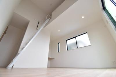 約8.8帖の主寝室。勾配天井でお部屋も広く開放的に。2面採光で陽当たりも良好です。