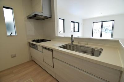 対面式のシステムキッチンはお子様の様子を見ながら家事も出来て安心ですね。食洗機付きで家事時短にも。