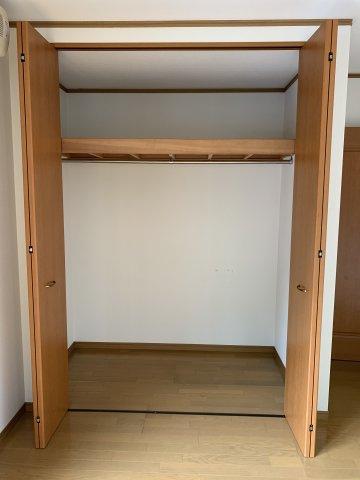 ※1階廊下 写真右側には奥行き50㎝ほどの収納スペース、左側の階段下収納は奥行き1m程あるので 使用頻度の低いもの等、たくさん収納する事が出来ます。