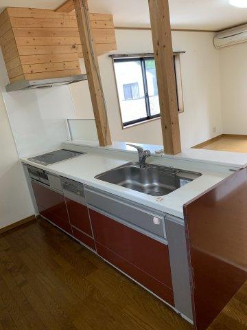 ※2階キッチン 赤を基調としたシステムキッチンとなっています。(食洗器付き)