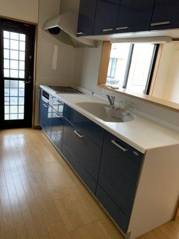 キッチンシンクは扇型でかわいらしいデザインとなっております。