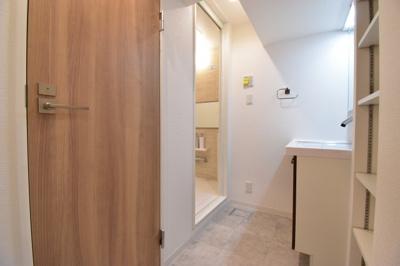 大人2人が入っても余裕あるスペースを確保。リネン庫や壁面収納を造作して使い勝手の良い洗面回りに。