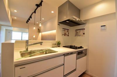 対面式のシステムキッチンはお子様の様子も確認出来て安心ですね。食洗機付きで奥様の家事時短にも。
