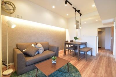 南に大きく面した窓から光が降りそそぐ開放的なリビング。新規フルリノベ済で快適な空間に。家具付き物件。