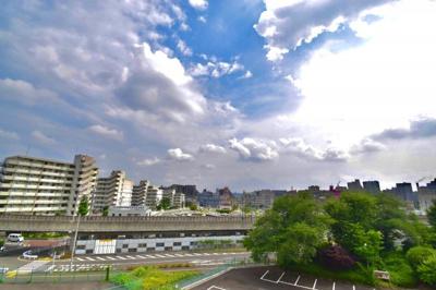 青く広い空が気持ちよく広がります。この眺望はあなただけのもの。夏の夜風を感じてください。