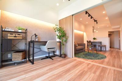 リビングと隣接している約4.5帖の洋室は可動式間仕切りでセパレートも可能。