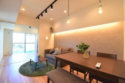 洗練された室内はセンス溢れる仕上がりに。間接照明やアクセントクロスがお洒落な空間を演出。