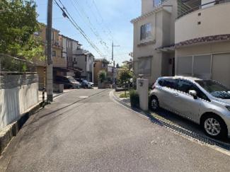 駐車スペースと前面道路です