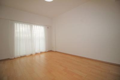 約7.5帖の洋室です。バルコニーに面したお部屋です。