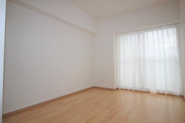 約6.2帖の洋室です。バルコニーに面したお部屋です。