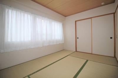 約6.0帖の和室です。南向きで陽当たり良好です。