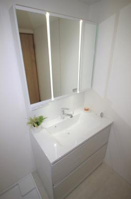 独立洗面台です。使い勝手の良い三面鏡です。