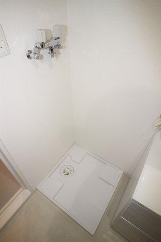 脱衣所にある洗濯機置き場です。
