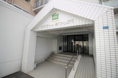 マンション入り口です。防犯カメラも設置されています。
