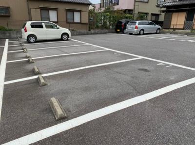車をお持ちの方に嬉しい駐車場付きの物件です 【COCO SMILE】