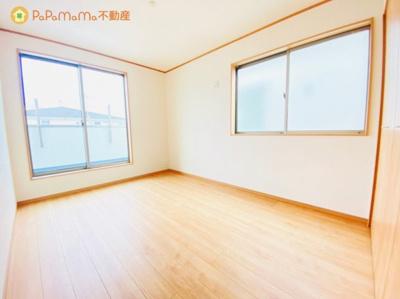 バルコニーにつながった洋室です。 太陽の光が差し込むお部屋でよい1日を迎えてください♪