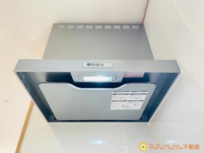 キッチンに備わったレンジフードです。ダクトを通して換気するため、外気のホコリや騒音も遮断できます。
