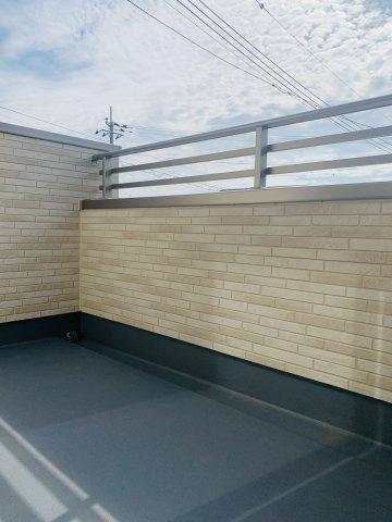 【同仕様施工例】1階廊下 トイレットペーパーなど日用品を収納するのに便利です。
