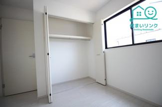 2階5.2帖洋室の収納スペースです。 2階各部屋にクローゼット収納が付いています。