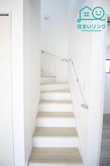 リビングから2階へ。リビングイン階段です。 階段には手すりが標準装備されています。
