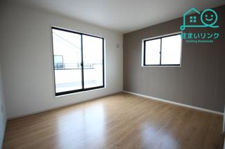 2階主寝室は7.5帖の広さです。 2面採光なので、日の当たる時間が長く明るいお部屋です。