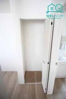 キッチンには扉付きの収納スペースがあります。