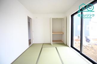 LDKと続き間になっている6帖の和室です。 日当たりが良く明るいくつろぎの空間です。