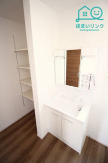 三面鏡タイプの洗面化粧台です。 シャワー付きなので、朝のシャンプーも出来ます。