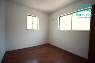 北西側の5.2帖のお部屋です。 2面採光なので、日の当たる時間が長く明るいお部屋です。