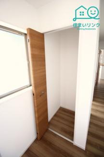 玄関前の廊下に収納があります。 掃除機などの収納に便利です。