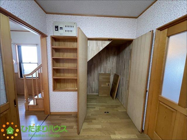 階段下のスペースも収納に活用♪
