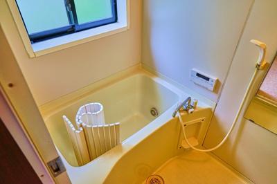 窓もあり、きれいなお風呂です