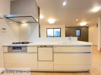 キッチンの全景♪ 3口ガラストップコンロ♪ グリル・食洗乾燥機設置♪