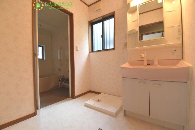 ワイドな独立洗面台には、ちょっとしたスキンケア用品などを置くのにも便利ですね(^^)/