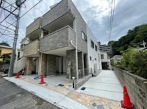 横浜市南区蒔田町 新築戸建て 床暖房付 バルコニーが多い明るいお家♪の画像