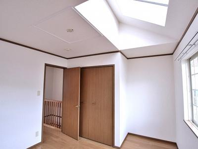 天窓から光が差し込むお部屋はいいですね