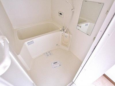 ゆったりサイズのお風呂は落ちつける癒しの空間です。