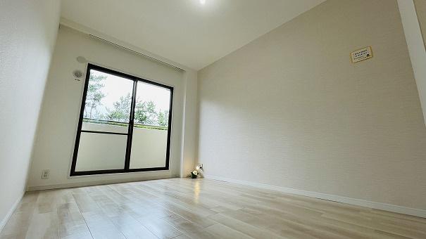 6.7帖の洋室は窓が大きくクローゼットもついております!