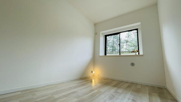 4.8帖のお部屋です!しっかり小窓がついてるため 少し換気したいときも最適です!