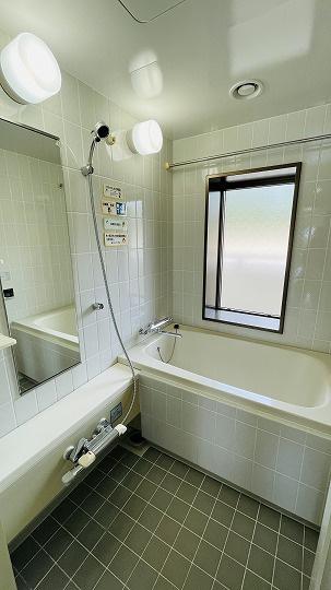 急な雨でも大丈夫!浴室乾燥機があります!また浴室に小窓があるのでカビ予防に最適です♪