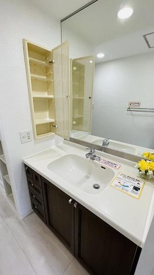 整髪剤、歯ブラシ、ドライヤー、メイク落とし、、、洗面台に散らかるものは備え付けの収納棚が解決してくれます!