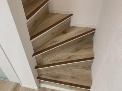 階段付きの木目も可愛いですね♪