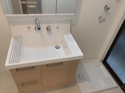 洗面化粧台は木目とホワイトのシンプルで使いやすいデザイン