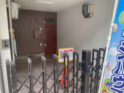 玄関前車庫は幅240×奥280×高253ございます。