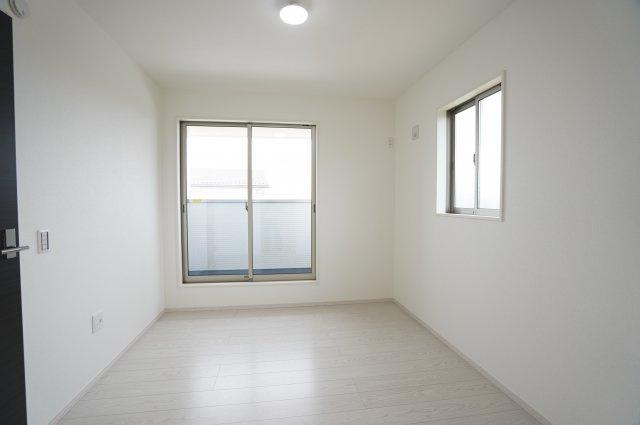 【同仕様施工例】南向きのリビングです。陽当たりがよいため、お部屋が明るいです。