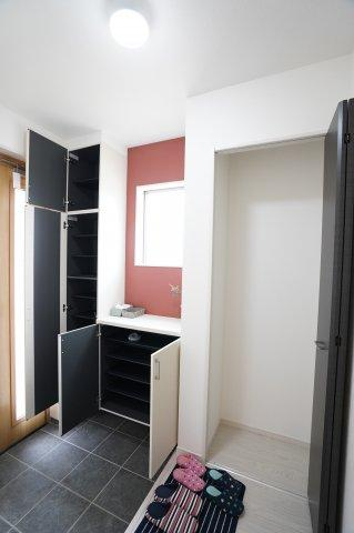 【同仕様施工例】パイプハンガーや収納棚があり、シーズンを気にせず収納できるので使い勝手がいいです。